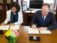GEORGETOWN UNIVERSITY  Banco Santander Executive Chairman Ana Botín and University President John J. DeGioia signed an agreement on a $2 million, 5-year social economy initiative, entailing annual roundtables and a think tank.
